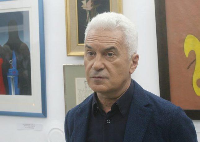 Волен Сидеров не разкрива чия собственост са произведенията в откриващата експозиция на своята галерия. Снимки: БГНЕС - Волният галерист