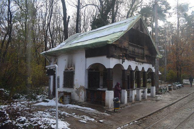 """Горялата спирка """"Вишнева"""" е изоставена. Покривът е завит с нелеп найлон, а първият сняг вече е тук. Снимка: Емил Георгиев - Честит първи сняг, госпожо кмет!"""