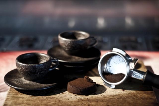 Пресована в подходяща форма, утайката се използва за направата на чаши за кафе.  - Утайката остава в чашата (видео)