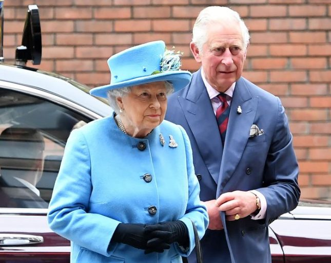 Принц Чарлс твърде дълго чака да стане крал, на 91 години майка му Елизабет продължава да управлява. Снимка: ЕПА/БГНЕС - Короната виси ли, виси над главата му