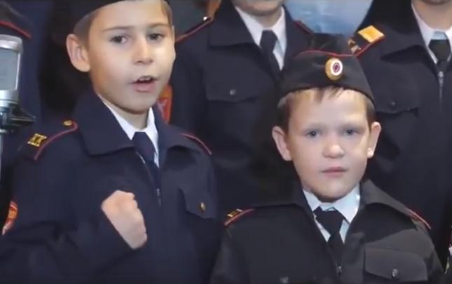 """""""Но ако главен командир в бой последен призове – чичо Вова, с тебе сме!"""", гласи поантата в песента на русначетата. Снимка: Стопкадър от видеото - """"Ще си върнем Аляска"""", пеят руски милиционерчета (видео)"""