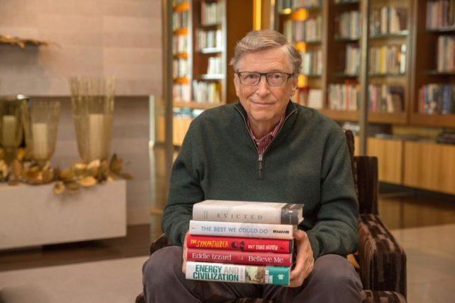 """""""Четенето е любимият ми начин да задоволявам любопитството си"""", пише Гейтс в блога си. Снимка: """"Фондация """"Бил и Мелинда Гейтс"""" - Петте най-важни книги на 2017-а, според Бил Гейтс"""