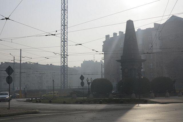 Мъглата край паметника на Васил Левски е като от антиутопия. Снимки: Емил Л. Георгиев - Слезте от колите, не се диша!