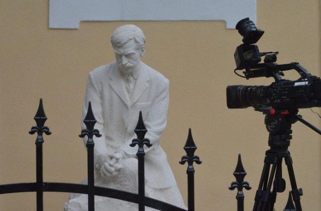 """Статуята на Пейо Яворов пред къщата-музей на столичната ул. """"Раковски"""". Снимка: Емил Л. Георгиев - Днес влизаме безплатно в последния дом на Яворов"""