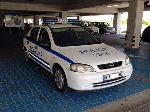 """Снимка на полицейски автомобил, паркиран на инвалидно място, изпратена от зрител на Нова телевизия в рубриката """"Моята новина"""". - Пари космични, резултати комични"""