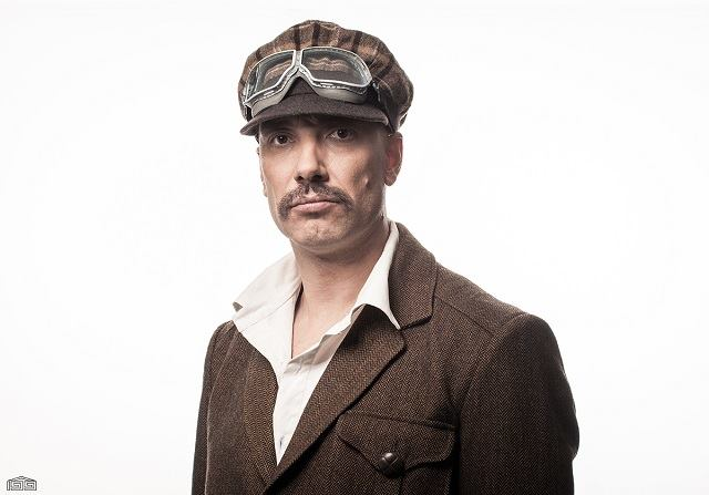 """Близо двучасовият монолог е подвиг в актьорското изпълнение на Захари Бахаров. Снимка: Театър """"199"""" - Върхът на Бахаров"""