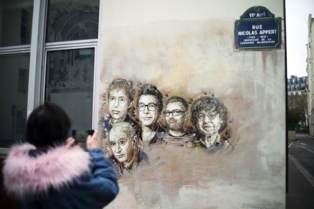 """Лицата на карикатуристите, убити в редакцията на """"Шарли ебдо"""" преди 3 години, днес са изобразени на фасадата на сградата, където работеха. Снимка: ЕПА/БГНЕС - Кратки азбучни истории за смеха и (не)насилието"""