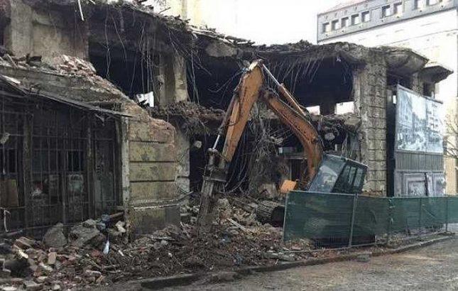 """В днешна България продължаваме да имаме сякаш нарочно несъхранявани сгради, принадлежали на хора, обявени за врагове на народа и тоталитарната власт. Такъв бе ген. Рачо Петров, чийто дом на бул. """"Дондуков"""" бе довършен с влизането на багер в края на 2017-а. Снимка: Министерство на културата - Борбата срещу народните врагове застигна и техните къщи"""