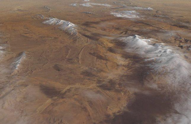 """Снимка, публикувана в """"Earth Observatory"""" на НАСА на 11 януари, показва сняг, паднал в пустинята Сахара в близост до град Aин Сефра, Северен Алжир. Кадърът е направен на 8 януари. Снеговалежът се случва в пустинята за втори път в последните три години. Снимка: НАСА/ЕПА/БГНЕС - Сняг в пустинята Сахара"""