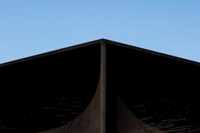 """За човешкото око е почти невъзможно да възприеме формата на покритите с този цвят предмети. Снимки: Люк Хейс, """"Хюндай"""" - Най-черната сграда в света е като прозорец, изрязан в космоса (снимки)"""
