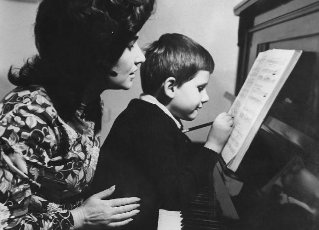"""""""Сега, когато вече го няма, често се питам с какво сгреших? Защо нищо не ми подсказа, че в човешката съдба няма справедливост? Защо бях най-щастливата и горда майка, а сега съм най-нещастната?"""", казва Галя Йончева. Снимки: Личен архив - Сърцето е рана"""