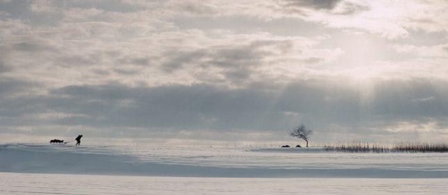 """""""А̀га"""" на Милко Лазаров ни пренася в далечния руски североизток, в Якутия. Филмът разработва вечните теми: любов, семейство, деца, смърт и в крайна сметка изнася на екрана големия философски въпрос за смисъла на живота.  - Берлинале 2018: Защо """"А̀га"""" не е в борбата за """"Златна мечка""""?!"""