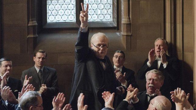 """""""Най-мрачният час"""" ни показва мъж с характер, готов да преведе страната си през бурята. - Чия роля изпълнява Гари Олдман: на Уинстън Чърчил или на Тереза Мей?"""