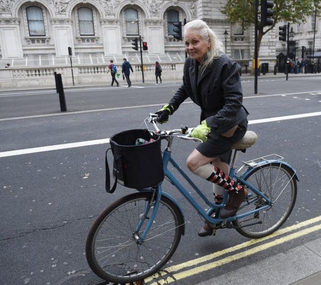 """Британската дизайнерка Вивиан Уестуд пристига на колело на """"Даунинг Стрийт"""" 10 в Лондон, за да достави писмото на 9-годишния Оливър Симпсън, в което той моли премиера Тереза Мей да предотврати фракинга близо до дома му в Дарбишър. Снимка: ЕПА:БГНЕС - Вълнуващо, крехко момиче над 70-те"""