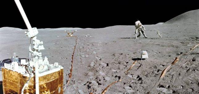 """Тази мини панорама комбинира две снимки от лунната повърхност, направени от Джим Ъруин, пилот на лунния модул от мисията на """"Аполо 15"""". Това е четвъртата мисия с екипаж на Луната. Снимката показва втората разходка на лунната повърхност на командира на мисията Дейвид Р. Скот. Датата е 1 август 1971 г. Снимка: Джим Ъруин/НАСА - САЩ защитават научно-историческото си наследство на Луната"""