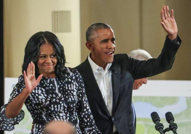 """Близки до бившата президентска двойка източници потвърждават, че Барак и Мишел Обама се интересуват повече от разказването на вдъхновяващи истории, докосващи зрителите. Снимка: ЕПА/БГНЕС - Семейство Обама в преговори за собствено шоу по """"Нетфликс"""""""