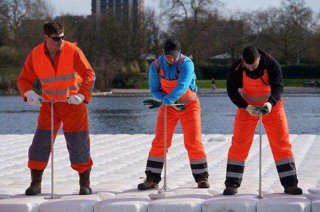 """Работници вече поставят плаващата платформа, върху която ще бъдат наредени варелите. Снимка: Christo and Jeanne-Claude Official - Кристо започна плаващата """"Мастаба"""" (снимки)"""