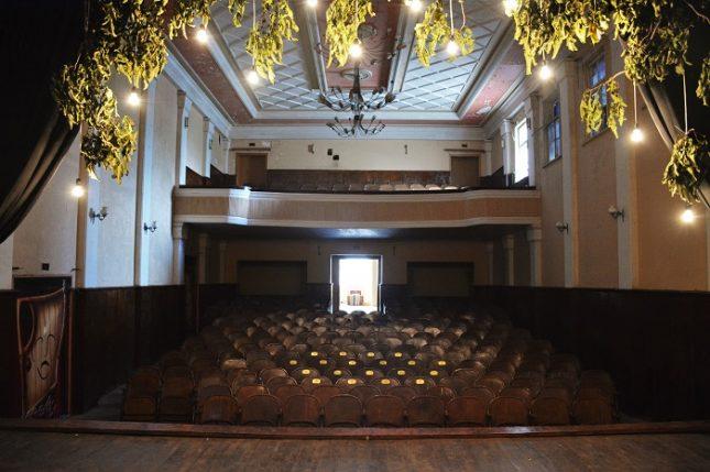 Обновеният театрален салон в село Татарево - Невероятната история на една заключена театрална сцена