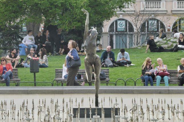 Гимнастичката на Чапкънов, съборена от фен при опит за селфи през ноември 2017-а, се завърна във фонтана пред Народния театър, след като бе поправена. Снимка: Емил Л. Геогиев/Площад Славейков - Завърна се