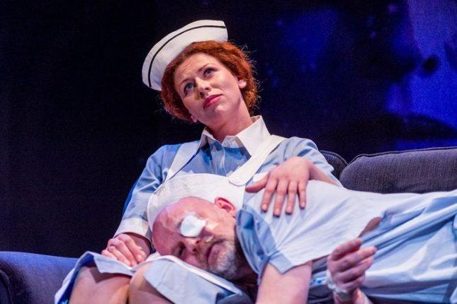 Лаймън на Валентин Ганев упражнява над медсестрата Ева Тепавичарова своя мъжки чар. Снимка: Росина Пенчева/Народен театър - Неприятното задължение да се мисли