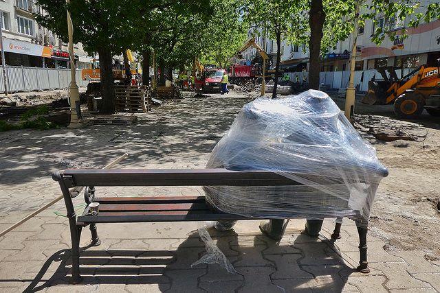 Статуята на Георги Чапкънов в очакване да бъде транспортирана от площада. Снимка: Емил Л. Георгиев/Площад Славейков - Опаковани, преди да отпътуват от площада (снимки)