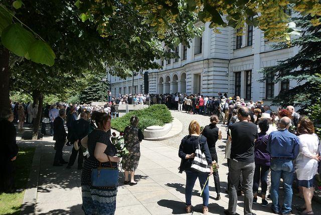 Две опашки се проточиха пред Националната галерия. Снимка: Емил Л. Георгиев/Площад Славейков - Изпращането на Светлин Русев (снимки)