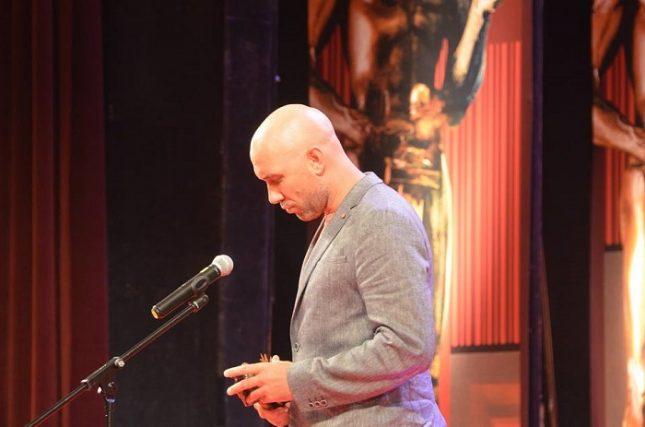 """""""Аз щях да ѝ се зарадвам на тази награда така или иначе, обаче моментът, в който я получавам, таймингът - така да се каже... 24 май, я прави още по-специална за мен. Това е голям жест, благодаря от сърце"""", заяви от сцената Захари Бахаров, носител на """"Аскеер 2018"""" за играта си в """"Чамкория"""". Снимка: Емил Л. Георгиев/Площад Славейков - Наградите """"Аскеер 2018"""", пълен списък (снимки)"""