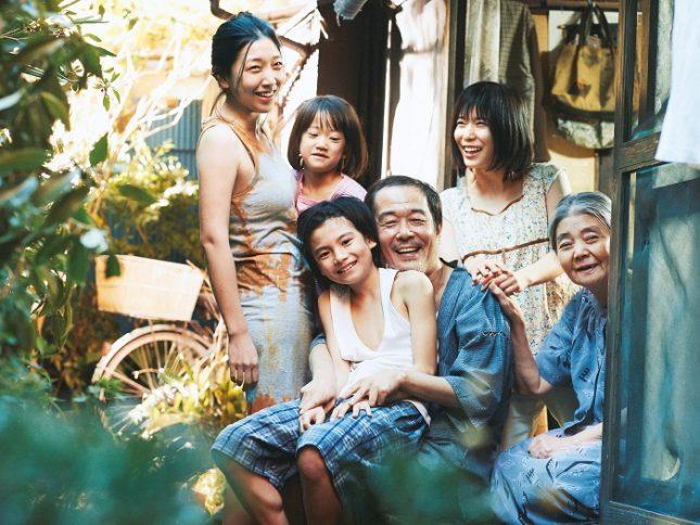 """Режисьорът Хирокадзу Коре-еда спечели """"Златна палма"""" с простичък, но затрогващо чувствителен и човеколюбив разказ за (не)обикновено бедно японско семейство от дъното на житейското оцеляване, което се препитава и издържа чрез кражби от големите супермаркети. - Японска """"Златна палма"""" сред френските тръстики"""