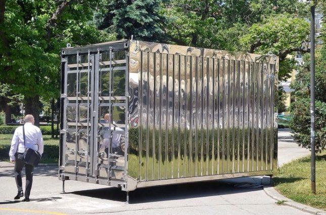 "Минувачите гадаят какво крие металният фургон. Снимка: Емил Л. Георгиев/Площад Славейков - Загадъчен контейнер в градинката ""Кристал"""