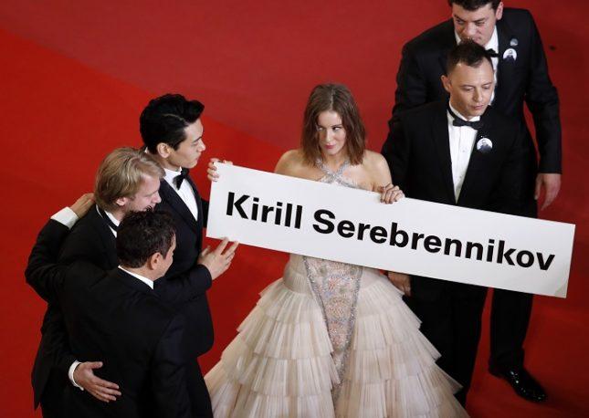 """Актьорите от филма """"Лято"""", понесли табела на червения килим в Кан с името на Кирил Серебренников, на когото бе отказано от властите в Русия да присъства на кинофестивала. Снимка: ЕПА/БГНЕС - Бунтарят на съветския рок, възпят от арестувания руски режисьор"""