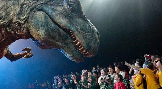"""Големите динозаври се контролират от екипи от по трима души: 1 водач и 2 кукловода. - Куклен театър с динозаври в """"Арена Армеец"""" (видео)"""