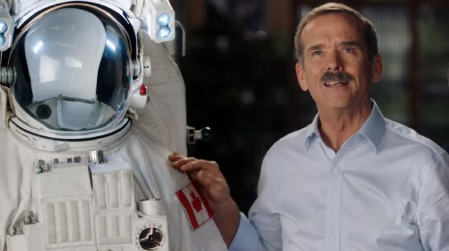 """""""Колкото повече знаеш, толкова по-малко се страхуваш"""", казва Крис Хатфийлд, един астронавт, очарован от гледката към Земята от космоса. Снимка: Стопкадър - Мислете като астронавт. Майсторски клас на Крис Хатфийлд (видео)"""