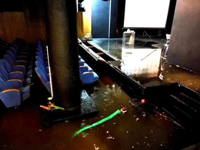 """Наводненият салон на театъра. Снимка: Театър 199 """"Валентин Стойчев"""" - Премиера падна в """"199"""", водата до колене (видео)"""