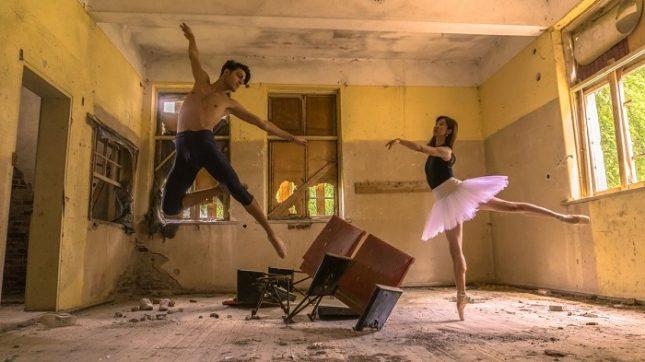 """Балетистите ФранческоБориело от Италия и Нанако Имаи от Япония танцуват отново в читалище """"Светлина - 1861"""". Снимка: Здравко Менчев - Тук може да има спектакли, а не само фотосесии"""