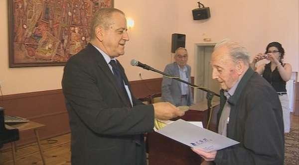 Събитие в Съюза на писателите от най-близката му история - председателят Боян Ангелов връчва годишните награди на сдружението за високи постижения в литературата. Снимка: БНТ - Масово напускане на Съюза на писателите