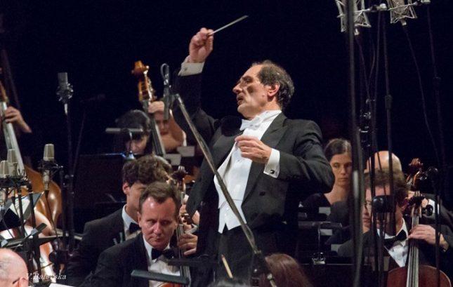 Диригентът Емил Табаков, който направи Осмата симфония на Малер преди няколко десетилетия, в същата зала 1,изгради майсторски произведението, водейки с желязна ръка 400-те изпълнители. Снимка: Василка Балевска/Софийска филхармония - Пълно потапяне в музиката (въпреки председателството)