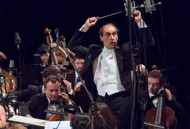 Емил Табаков дирижира в един концерт два симфонични оркестъра, които е ръководил през годините. Снимка: Василка Балевска/Софийска филхармония - Съединението прави силата в НДК