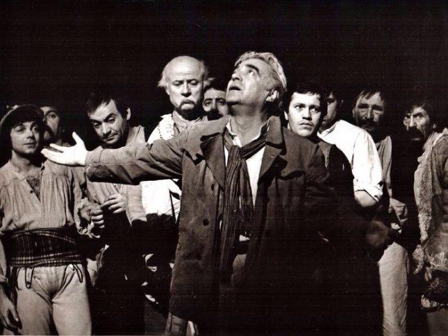 """Любомир Кабакчиев в ролята на Даскал Киро в """"Опит за летене"""" в Народния театър през 1979 г. Първият вляво е Николай Николаев, до него е Антон Радичев, зад гърба на Кабакчиев е Георги Мамалев. - Радичков и балонът на съвременната ни драматургия"""