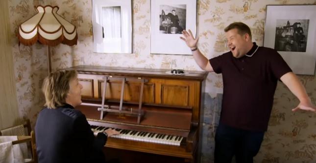 """76-годишният Макартни и водещият Джеймс Кордън изпълняват """"When I'm 64"""" в дома от тийнейджърските години на Пол в Ливърпул. Снимка: Стопкадър - Най-хубавото нещо, което ще видите днес (видео)"""