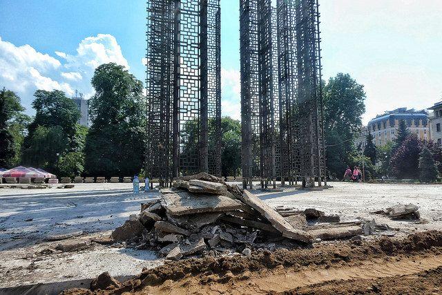 """Във вторник периферията около бетонната плоча на """"Бронзовата къща"""" бе затревена. Снимка: Емил Л. Георгиев/Площад Славейков  - """"Бронзовата къща"""" не пази от светкавици"""