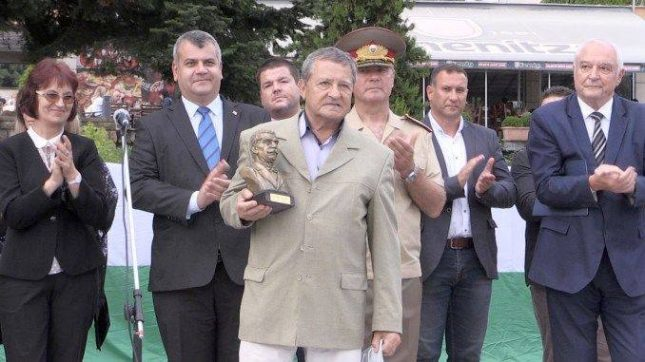 Наградата за Боян Биолчев  бе във вид на малък бронзов портрет на Иван Вазов. Снимка: Министерство на културата - Боян Биолчев с Вазовата награда