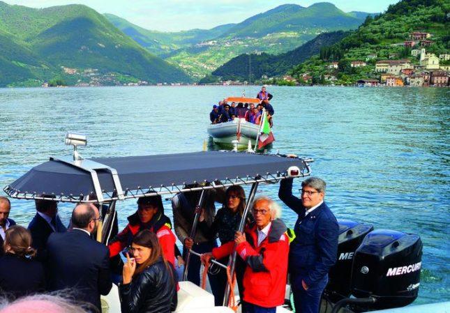 """Кристо по време на инсталацията """"Плаващите кейове"""" в езерото Изео, Италия. Снимка: """"Кристо, Владо, Росен и Плаващите кейове"""" - Италия в писмата на Кристо: побъркване за душата"""