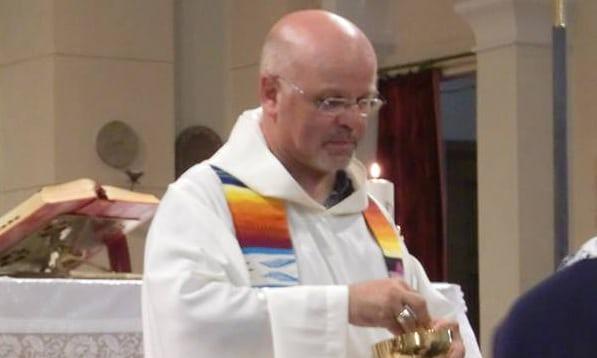 """Италианският свещеник Джанфранко Форментон постави на църквата си табела """"Забранено за расисти. Вървете си вкъщи!"""". - Селски свещеник се опълчи на вътрешния министър в Италия"""