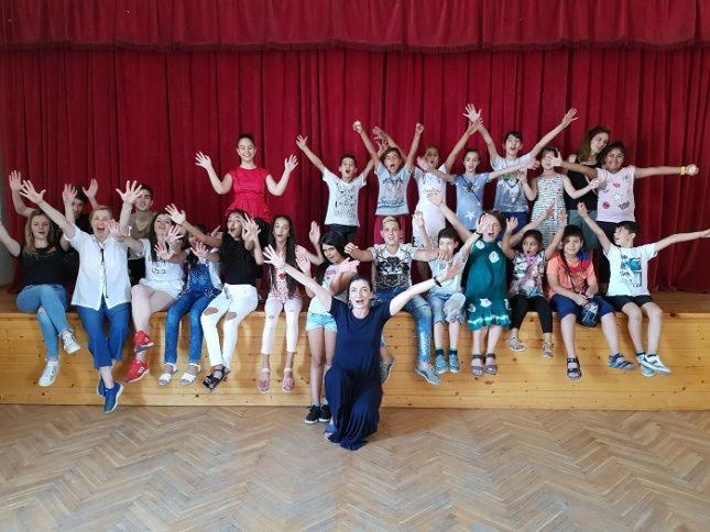 """Актрисата Снежина Петрова и децата, които учи на театър с пляскане на ръце. Снимка: clipclapmedea - Медея не е """"страшило"""" за децата, изкушени от актьорството"""