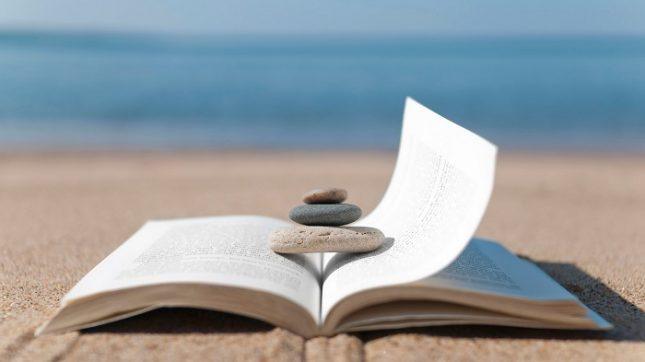 Без книга летните пейзажи не са съвършени. - Синьо лято с аромат на книги