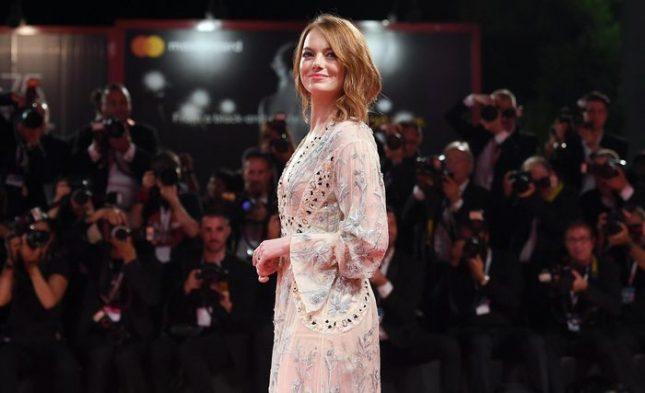 """Ема Стоун позира пред фотографите преди прожекцията на """"Фаворитката"""", филм на Йоргос Лантимос. Снимка: ЕПА/БГНЕС - Зашеметяващ поглед към Земята, съзвездие във Венеция (снимки)"""