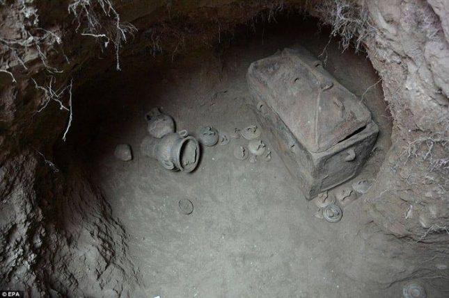Откритата гробница била с 3 камери - две със саркофази и една с погребални дарове. Снимка: Министерство на културата - Гърция - Минойска гробница открита в маслинова горичка на Крит