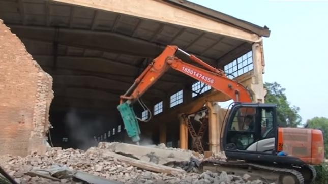 Хора от екипа на Ай са се опитали да спасят през уикенда създавани с години произведения, когато булдозерите са навлезли в студиото с размери на хангар в района с арт ателиета, разположен североизточно от Пекин. Снимка: Стопкадър - Китайските власти сринаха студио на Ай Вейвей (видео)