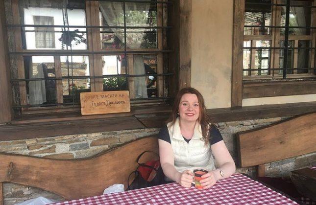 Лора Чекоратова на масата в кръчмата в центъра на Ковачевица, където приживе обичал да сяда писателят Георги Данаилов. Снимка: Личен архив - Малко от музикантите в България са щастливи