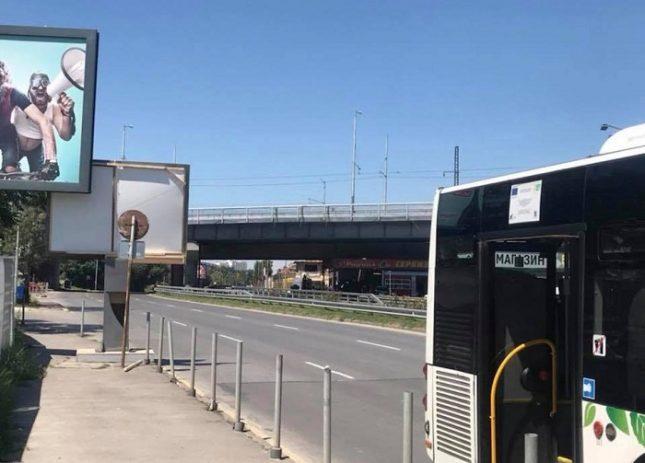 """Моментът след сблъсъка на автобус 213 в макета на билборда, когато шофьорът казва: """"Дотук бяхме"""". Снимка: """"Забелязано в София""""  - Пътно произшествие с """"Откраднат живот""""*"""